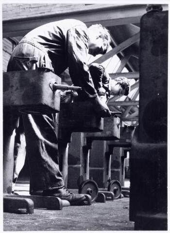 038175 - Metaalindustrie. Firma Daub en Verhoeven Koestraat 216 Tilburg. detailfoto van werkzaamheden aan bakkerijmachines.