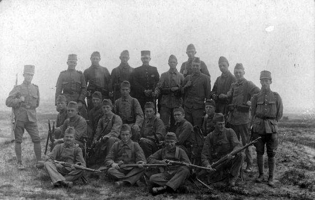 1709_0031 - Groep militairen op een veld. Familie Franken-Donders. WWI