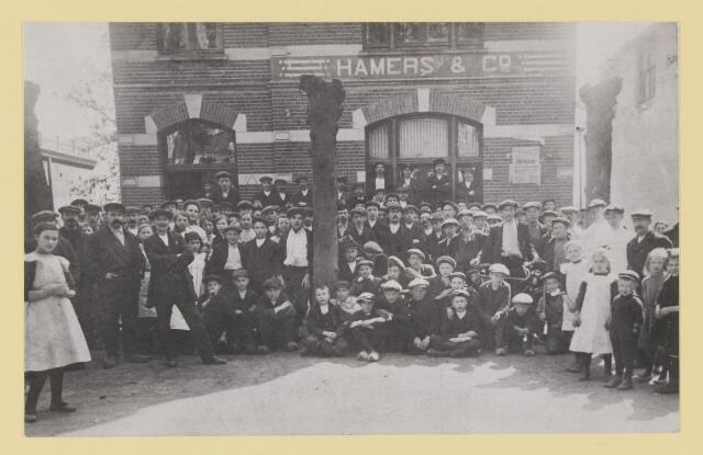 077120 - Sigarenfabriek Hamers & Co. Lind te Oisterwijk. Personeel met hun kinderen bij een feestelijke aangelegenheid ongeveer 1927. let op carbidlantaarn op fiets direct achter kinderen voorgrond rechts.