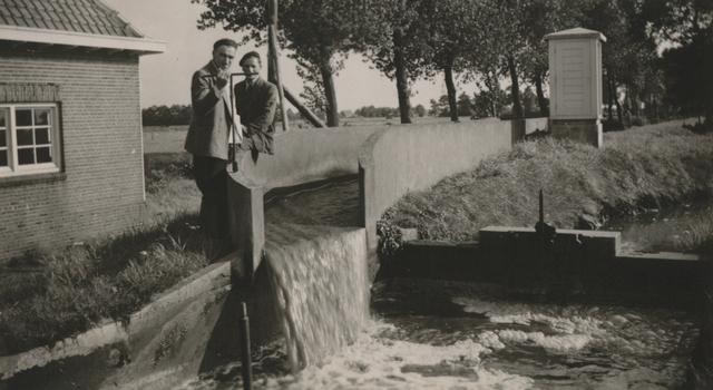 """653301 - Vloeivelden, Tilburg. De stortbak aan het beginpunt van de vloeivelden """"De Zandleij"""" in Tilburg. Door de vloeivelden werd het sterk vervuilde afvalwater van de Tilburgse textielfabrieken, gezuiverd."""