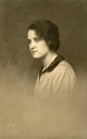 092890 - Elisabeth Maria Martina Joanna (Betsie) Wijnen, geboren te Tilburg op 26 december 1907 en aldaar overleden in verpleeghuis St. Jozefzorg als weduwe van Servatius Cornelis Josephus van de Gevel op 16 juli 1977.