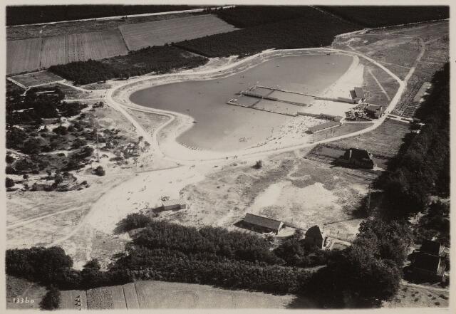 100959 - Sport- en Recreatiecomplex Luchtfoto van  De Warande met openlucht zwembad.