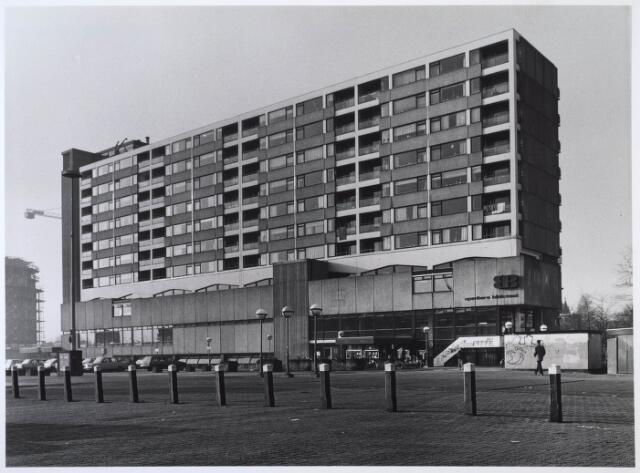 024290 - Winkel-wooncomplex aan het Koningsplein, met bibliotheek en het Kultureel Sentrum.