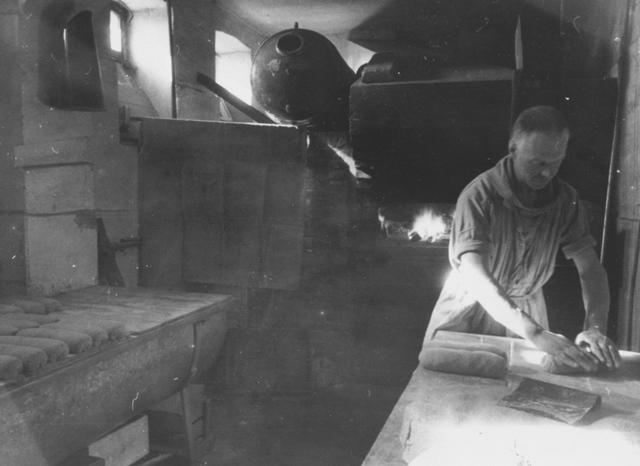 105293 - Monnikenleven Broeder Johannes aan het werk in de broodbakkerij. Sint Paulusabdij. Kloosters Kloosters.