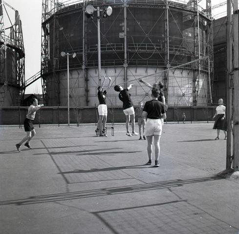 653848 - Volleybalwedstrijd op het sportveld van Theresia. Op de achtergrond de gashouders aan de Lange Nieuwstraat