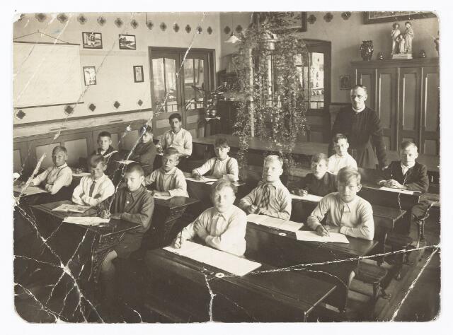 051324 - Basisonderwijs. Klassenfoto r.k. lagere school. St. Willibrord. Jongensschool Loven. Ter herinnering van mijn schooljaren: Geboers.