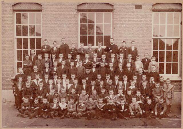 046462 - Onderwijs.  Klassenfoto. Groep leerlingen van het juvenaat van de fraters aan de Kloosterstraat. In het midden rector pater Boelaarts. In 1907 werd de kostschool opgeheven zodat er in 1908 gestart kon worden met de kweekschool voor de opleiding van frater-onderwijzers.