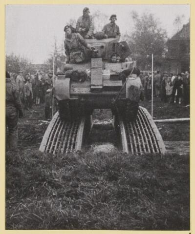072847 - WOII; WO2; Bevrijding door Engelsen.Rupsvoertuig steekt het water over nabij Oirschotseweg 3. Noodbrug, de oude brug was kort tevoren door de Duitsers opgeblazen. Grote publieke belangstelling wanneer de Engelsen de Reusel oversteken.