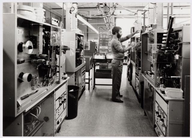 050172 - Volt, Industrie, Lijntransformatoren, LOT. Opname in hal NA ( complex Noord ) waar de produktie plaats vond van de lijntrafo, ook wel LOT genoemd.  De foto is gemaakt in augustus 1984.