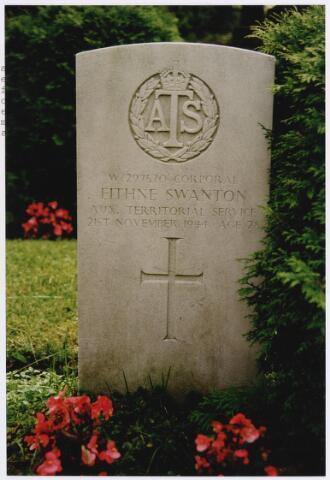 045755 - Tweede Wereldoorlog. In graf C.2.1 op de begraafplaats van de parochie St. Jan ligt Eithne Swanton, corporal, 28 jaar oud, gesneuveld op 23 november 1944, Auxiliary Territorial Service.