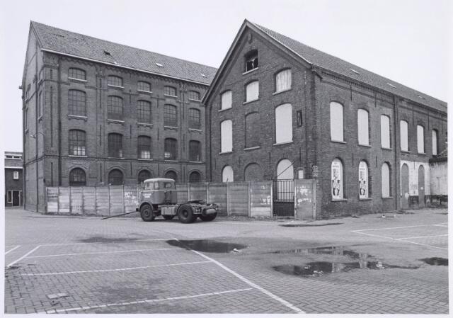 019373 - Achterzijde van wollenstoffenfabriek W. Schoenmakers bezien vanuit de Kapelstraat. Het complex was tot 1958 eigendom van de firma Eras. Na het faillissement van Schoenmakers vestigde cartonnage Van Opstal zich in de gebouwen. Het werd in 1875 gebouwd en in 1981 door brand verwoest.
