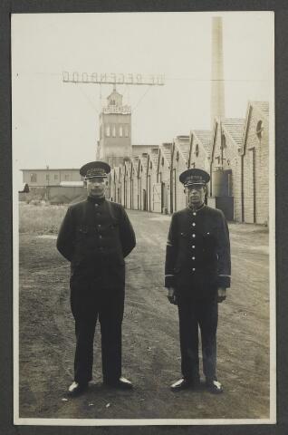 071917 - Personeel bij stoomververij en chemische wasserij de Regenboog aan de Bredaseweg. Links opzichter Antonius M. Cools, oud K.N.I.L.-militair, rechts de portier.