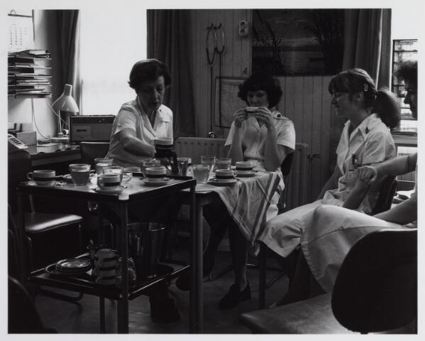 041807 - Elisabethziekenhuis. Gezondheidszorg. Ziekenhuizen. Personeel. Koffiekamer in een van de paviljoens van het St. Elisabethziekenhuis.
