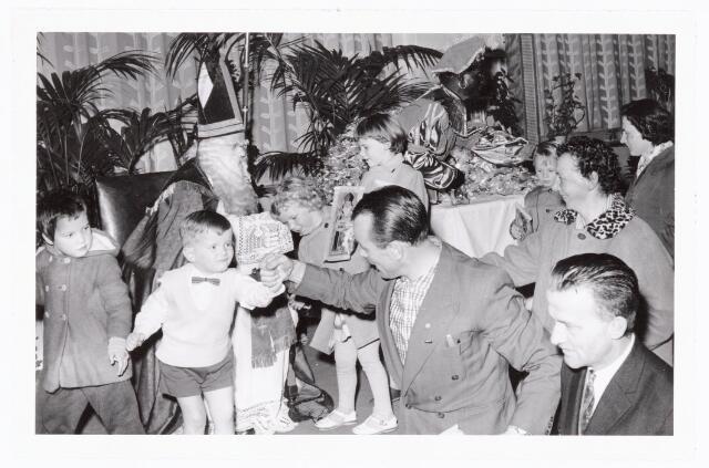 038850 - Volt. Zuid. Ontspanning. Viering Sint Nicolaas voor de kinderen van het personeel in 1960. Sinterklaas. St. Nicolaas