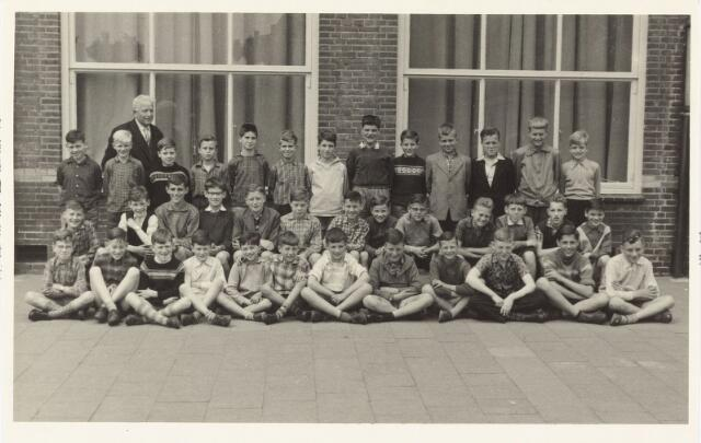 051336 - Basisonderwijs. Klassenfoto r.k. lagere school. St. Paulus school. Deze school was toen een jongensschool. Links onderwijzer Th.J.J. Smulders.