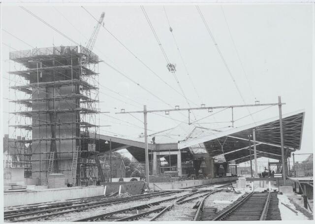 031990 - Spoorwegen: Station in aanbouw aan de Spoorlaan