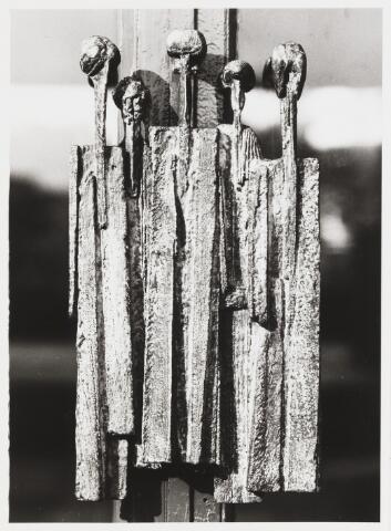 067777 - Bij gelegenheid van het 25-jarig bestaan van het St. Pauluslyceum, in 1979, bood het oudercomité dit bronzen kunstwerk aan, gemaakt door Riky SCHELLAART-VAN DEURSEN (Den Haag 1942). Het sierde eerst de hoofdingang van het lyceum, maar het werd in 1992 naar binnen verplaatst, naar de centrale hal.  Trefwoorden: Kunst in de openbare ruimte. Onderwijs.