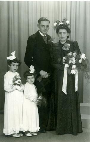 054912 - Huwelijk Harrie van Dun met Wilhelmina Spoormakers. Henricus Josephus van Dun werd geboren te Tilburg op 5 september 1912 en overleed in het St. Elisabeth Ziekenhuis te Tilburg op 1 juni 1977 als weduwnaar van Wilhelmina Spoormakers, die nog geen twee maanden eerder overleed. Hij werd begraven in zijn woonplaats Oisterwijk.