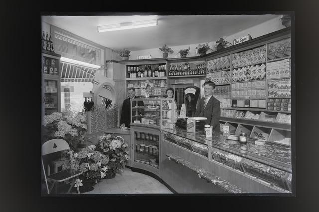 """654999 - Interieur. Middenstand. Foto van de SPAR-winkel van F.J.N Graafmans in de Nicolaas Knipstraat 1.In het adresboek van 1948 wordt hij winkelier in """"koloniale waren"""" genoemd. Het was één van de 17 Spar-winkels die er destijds bestonden in Tilburg."""