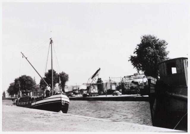 028495 - Piushaven met op de achtergrond sloperij Van Raak