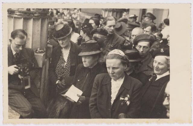 042763 - Koninklijke Bezoeken. H.K.H. prinses Juliana op het balkon van het Paleis-Raadhuis tijdens haar bezoek aan de stad de nationale feestdag, de eerste na de bevrijding. Links van haar de burgemeestersvrouw J. van de Mortel-Houben.