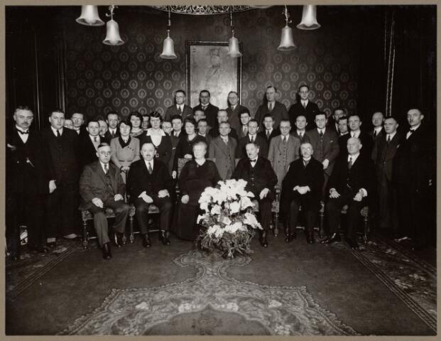 104091 - Hett 25-jarig ambtsjubileum van concierge de heer A.J. de Laat op 1 januari 1933. vlnr: voorste rij: dhr.van Roestel ontv., dhr. Vuysters, jubilaris Aug. de Laat, mevr. de laat, H. Moors, Van Oudenhoven. Achterste rij: dhr. Mathijsen, H. van Pelt, F. Boers, Tempelaars, L. Tulfer, J. Mols. Tussenliggende rij: Piet van Riel, G. Kevenaar, nn, Ben Dekker, nn, Van Boextel, L. de Mast, Mej. M. van Bommel, mej. An Mols, van den Braak, An de Beer, Bolmers, Nout Jansen, An de Veer, J. Mols, Van Loon, J. Meyvaart, Smits, Van Gool, L. van Doorn, H. de Leeuw, A. Appels, F. Jansen, Reynen, Ouwerling, J. Bouwmeester, K. van Loon, Hofland, F. van Stekelenburg, Bertus Kooyman.