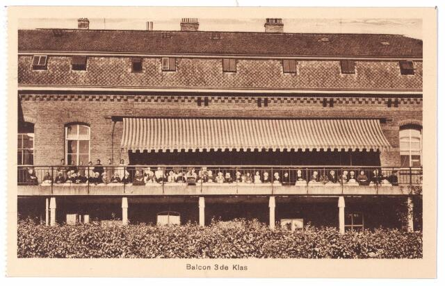 001585 - Lange Nieuwstraat,  achterzijde St. Josephgasthuis. Op het balcon een aantal verpleegden uit de 3e klasse. Bijna alle vrouwen dragen nog klederdracht.