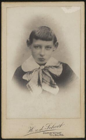 603709 - Antonius Joannes Franciscus Thijs, geboren te Tilburg op 1 oktober 1899 als zoon van Hubertus J. Thijs en Maria M. de Beer. Antonius overleed op 14 april 1911 te Tilburg. Deze foto is dan ook een reproductie van een fragment van een groepsfoto uit 1909. ( Zie foto 603704).