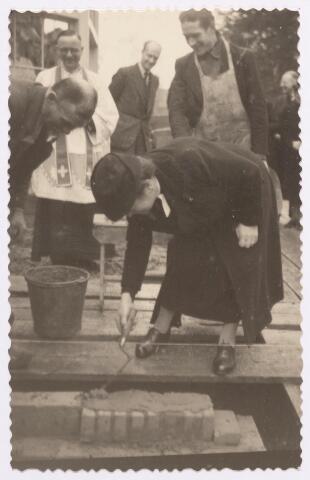 046674 - Eerste steenlegging van een paviljoen bij huis De Bocht aan de Tilburgseweg door mevrouw J. van de Mortel-Houben.