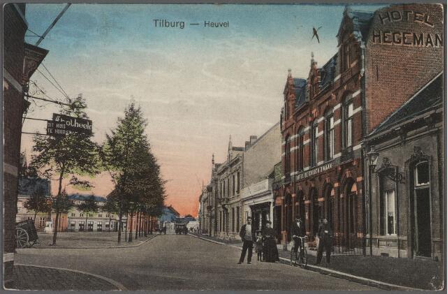 010659 - Zuidzijde Heuvel richting St. Josephstraat. Rechts het woonhuis van de familie Van den Broek en daarnaast hotel de Gouden Zwaan van de familie Hegeman.