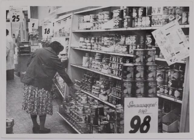 040106 - Handel / winkelbedrijf. 'Moderne' zelfbedieningszaak in levensmiddelen, waarschijnlijk Albert Heijn.
