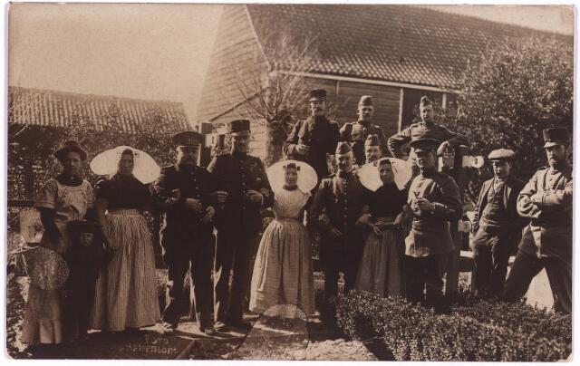 003742 - Ansichtkaart verstuurd door Henri BRANDS vanuit het Zeeuwse dorp Waarde, ten tijde van de eerste wereldoorlog. De kaart was gericht aan: Mevrouw M. Brands-Van Vlijmen te Schijndel. Henri is waarschijnlijk degene die gearmd staat met twee Zeeuwse vrouwen in klederdracht.