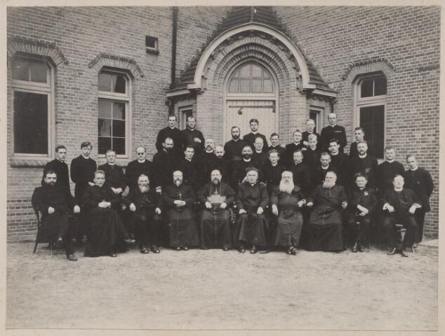045074 - Leden van de missie-congragatie Mill Hill voor het St. Joseph-studiehuis aan de dr. Ahausstraat. Deze congregatie vestigde zich in Tilburg in 1912. Zittend in het midden, rechts van de bisschop, father Ahaus.