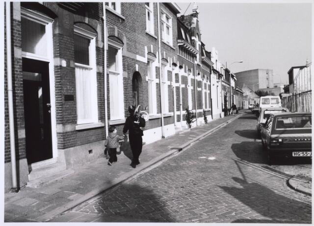 023761 - Kloosterstraat gezien in de richting van het centrum. Op de achtergrond de stadsschouwburg