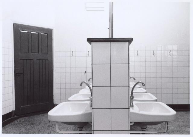 016368 - Wasgelegenheid in het soldatenvrblijf van de Generaal-majoor Kromhoutkazerne