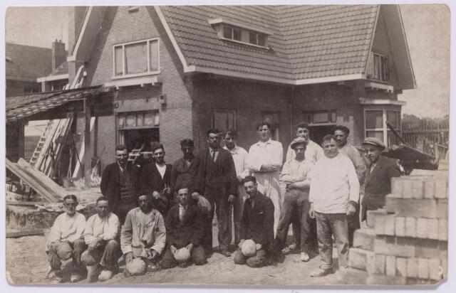 043591 - Bouw van een villa, Gerard van Swietenstraat 58, door aannemersbedrijf Doevendans. Het huis werd gebouwd in 1929 in opdracht van mevrouw Van den Bergh-Beltman onder architectuur van Arend Beltman. Naast werknemers van Doevendans staat personeel van stucadoorsbedrijf Zandbergen op deze foto. De drie mannen in het wit rechts achteraan zijn van links naar rechts: Toon Zandbergen, Jo Breugelmans en Kees Zandbergen. Voor hem, met pet, Kees van de Wouw geboren Tilburg  27 november 1903 en aldaar overleden op 8 september 1986, rechts voor hem Jan van Iersel. De tweede man staande links, met wit hemd, is August van Amersfort getrouwd met Christina van de Wouw. (een andere bron noemt Frans Willekens, medefirmant van loodgietersbedrijf Jos Willekens). Na de oplevering werd de villa betrokken door mevrouw Van den Bergh-Beltman, weduwe van H. van den Bergh. Zij woonde er tot 1933. De volgende bewoners was wolhandelaar Josephus V.M. Mutsaers. In de oorlog werd het pand in beslag genomen door de Duitse Wehrmacht. Na de bevrijding zaten er de geallieerde strijdkrachten: de algemeen commissaris voor de voedselvoorziening. Daarna woonde er Jan de Quay, later minister-president. Op 5 oktober 1946 werd industrieel Jan van den Bergh, zoon van de weduwe Van den Bergh-Beltman, de nieuwe bewoner. Hij verkocht het pand in 1975 aan  de familie Van der Wegen