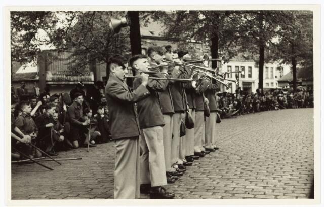 008980 - Jonge trompetspelers tijdens een openluchtmis in 1947 op de Heuvel t.g.v. de viering van de bevrijding (wereldoorlog II 1940-1945).