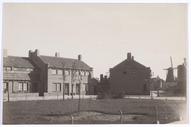 017385 - Commelinplein. Rechts op de achtergrond de molen aan het Rosmolenplein
