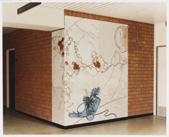 """067748 - DARWIN, van (Th.J.) Theo BESEMER (Nederhorst Den Berg 1936). Materiaal: ingewassen marmerplaten met applicatie in kunststof. Lokatie: LTS """"Westhoeve"""" (later: Lokatie Techniek) aan de Reitse Hoevenstraat. Realisatie: 1983. Bovenaan een foetus met navelstreng, onderaan de ruimtewandelaar Leonov met zuurstofslang, en daartussen de naam Darwin.(De Rus Alexei Leonov maakte op 18 maart 1965 de eerste wandeling door de ruimte). In oppostie tot elkaar staan de woorden stof en anima (ziel, geest). Waarnaar """"dorst"""" de mens?  TREFWOORDEN: Kunst in de openbare ruimte. Onderwijs."""