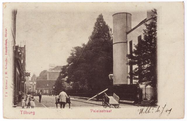 002411 - Onderwijs. Paleisstraat richting Markt met rechts detail van Rijks H.B.S. Koning Willem II. Op de voorgrond enkele handkarren.