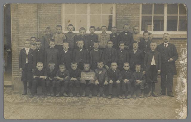 88876 - Klassenfoto. Openbare Jongensschool Wagenberg. Rechts hoofdonderwijzer Van der Meeren