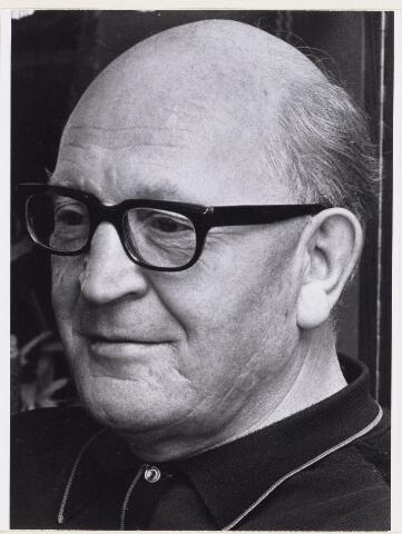 101165 - Duivensport. De heer A de Rooy, voorzitter van de Oosterhoutse bond van Postduiven `O.B.V.P.'