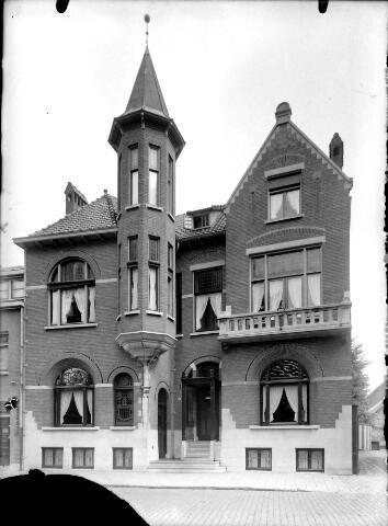 650590 - Schmidlin. Rijksmonument Wilhelminapark 124, rechts van het Smidspad. Het Jugendstil herenhuis met praktijk werd in 1910 gebouwd naar ontwerp van architect C.J.M. Kocken uit Tilburg voor Dr. A.H.L.E. Piters.