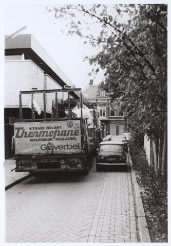 024478 - Druk verkeer in de Korte Tuinstraat. Links het pand van boekhandel Livius