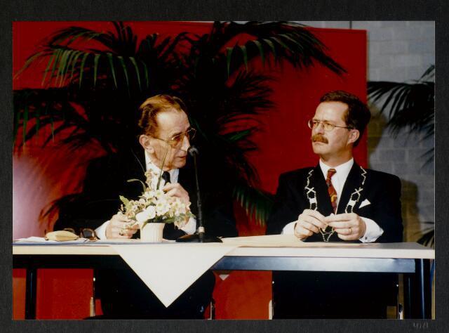 """91276 - Made en Drimmelen. De commissaris van de Koningin in Noord-Brabant (1987-2003) de heer Houben (links), in een onderonsje met de heer J. Elzinga (rechts), burgemeester van Made (1990-1997) tijdens de officiële opening van het Sociaal Cultureel Centrum """"De Mayboom"""" in Made."""