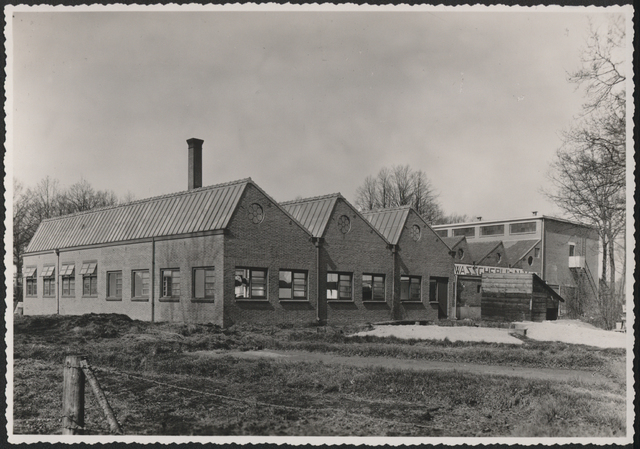 653254 - Wolhandel Wouters, Tilburg. Opgericht door C.J. Wouters (1849-1972). De  twernerij & ververij stond op  Broekhovenseweg 220 (in 1954 wordt dat nr. 130). Vanaf 1918 krijgt de fa. C.J. Wouters als doel de handel in wol en aanverwante artikelen. Op 17 december 1976 volgde het faillisement (eigenaars C.J.J. Wouters en echtgenote Maria A.G. Swagemakers). In het Nederlands Textielmuseum bevindt zich een glas-in-lood raam van Thomas Berg waarop het in 1938 jubilerende bedrijf staat afgebeeld.