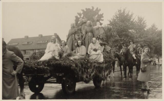 048994 - Festiviteiten te Tilburg b.g.v. het 50-jarig regeringsjubilé van Koningin Wilhelmina op 6 september 1948. Aankomst van koning Willem II bij de 'Vier Winden' aan de Bredaseweg ter hoogte van het oud Belgisch lijntje.  Verslag over deze festiviteiten met optocht staat in het Nieuwsblad van dinsdag 7 september 1948. De stoet trekt over de Bredaseweg.