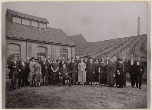 100525 - Industrie. Groepsfoto van het personeel van  Steenfabriek Frans Oomen ter gelegenheid van het 25 jarig bestaan