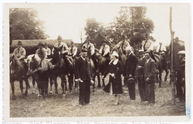 061979 - Rijvereniging de Cavalieren, opgericht te Berkel-Enschot op 1-1-1929 door de boerenstand aldaar. De naam werd bedacht door pastoor Schellekens. De eerste wedstrijd vond plaats kort na de oprichting achter het clubhuis aan 't Zwaantje. Mevrouw Panis-Heffels knipt hier het lint door in tegenwoordigheid van haar man burgemeester A.G.M. Panis en rechts van haar de juryleden: Van Poppel uit Gilze, met strooien hoed de Tilburger Pigmans en Huub de Brouwer van de Tilburgse rijvereniging Tavenu. De ruiters zijn v.l.n.r. Jan van der Bruggen, Bert van der Bruggen, Harrie Seegers, Willem Verhoeven, Jan Verhoeven (hij houdt de paarden vast), Fons Denissen, Jan van Rijswijk, Jan Moonen, Sjef Vissers, Piet Seegers en Jos Smulders.