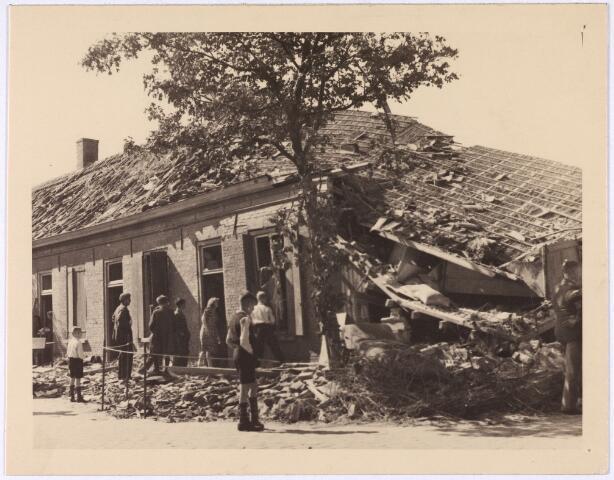 013549 - WOII; WO2; Tweede Wereldoorlog. Bombardement. Bominslag in enkele huizen in de St. Josephstraat, hoek Hoogvensestraat op 31 juli 1942. Van de vier afgeworpen bommen ontploffen er drie
